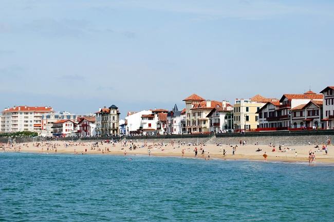 Une plage de St Jean de Luz avec ses maisons typiques
